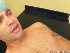 Чернокожий транссексуал после отсоса отпердолил белого парня в очко