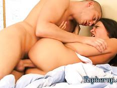Он притащил в кровать и оттрахал симпатичную русскую брюнетку