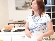 Похотливая брюнетка трахается с мужиком пока его жена на кухне