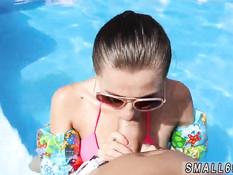 Тёлка в очках сняла с мужика плавки и отсосала член в бассейне