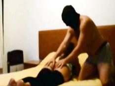 Парни в масках в домашнем порно втроём отымели латинскую шлюху
