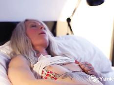 Татуированная блондиночка Gina Cherie теребит пизду на кровати