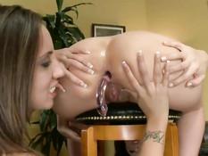 Две жопастые лесбиянки вылизывают задницы и вставляют дилдо