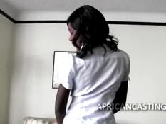 Негритянка отсасывала у мужчины член и ебалась раком на диване