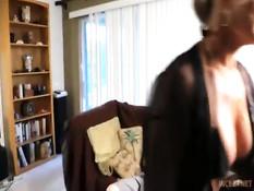 Знойная светловолосая мамочка Amanda Verhooks ебёт худого парня