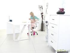 Русская блондинка играла с фаллосом и ебалась с парнем на столе