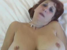 Мужчина оттрахал на кровати рыжую дамочку с пирсингом сосков