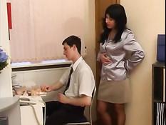 Начальница заметила что пацан дрочит и вынудила заняться сексом