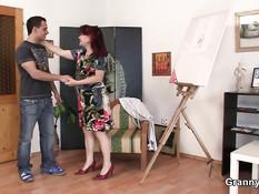 Зрелая рыжая художница соблазнила на секс молодого натурщика