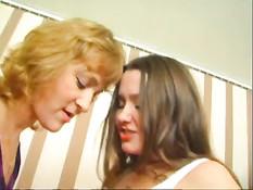 Русская лесбиянка с обвисшей грудью ебёт страпоном зрелую даму
