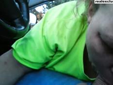 Пожилая жена делает мужу в джинсах сочный минет в автомобиле