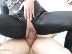 Блондинка из Германии в комбинезоне ебётся в любительском порно