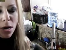 Парень отодрал на кухне знойную сисястую блондинку Alexis Fawx