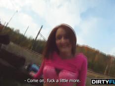 Снял рыжую славянскую девку и оттрахал возле железной дороги
