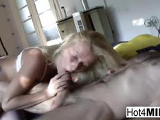 Грудастая жена блондинка в белых чулках уселась на член сверху
