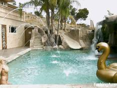 Мужик возле бассейна отымел сисястую блондинку Christie Stevens
