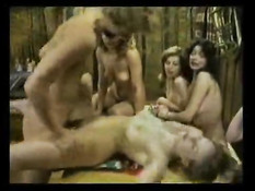 Мужчина зашёл в женскую баню и дал девкам подрочить свой член