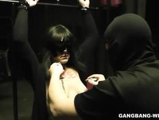 Прикованную к решётке рабыню в маске ебут и дают отсосать член