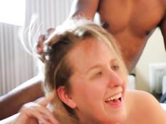 Негр схватил за волосы белую шалаву и оттрахал раком на кровати