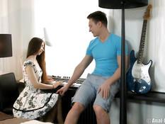 Начинающая русская пианистка наслаждается сексом с приятелем