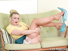 Блондинка с большими сиськами позирует в чулках телесного цвета