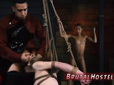 Господин порет связанных молодых рабынь и заставляет отсасывать