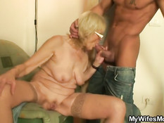 Парень на кухне отодрал в позе раком пожилую блондинку в очках