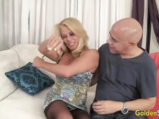 Пожилая блондинка в чёрных чулках трахается с лысым мужчиной