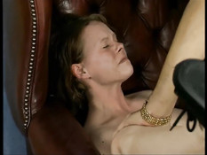 Мужик сделал анальный массаж немецкой шатенке и отымел в анус