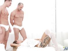Красивая блондинка в белом белье трахается с двумя приятелями