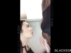 Молодая татуированная брюнетка трахается с темнокожим бойфрендом
