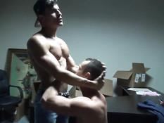 Мускулистые парни целовались и занимались гей сексом в позе раком