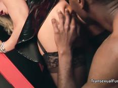 Два транса занимаются сексом с девушкой в очках и мужчинами