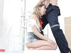 Светловолосая русская девчонка в короткой юбке ебётся с рабочим