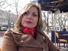 Французская блондинка в чёрных чулках сосёт член и ебётся в парке