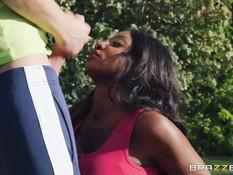 Грудастая чёрная мамочка занимается сексом с молодым белым тренером