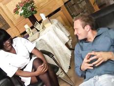 Возбуждённая чёрная врачиха сосала член и трахала белого пациента