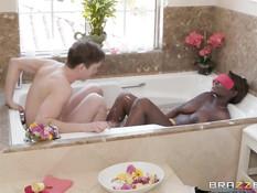 Пышногрудая негритянка мастурбировала в ванне пока не залез парень