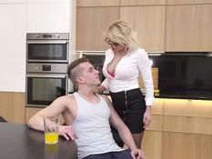 Грудастая зрелая блондинка сосёт хуй и ебётся с парнем на кухне