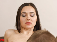 Надела сетчатые чулки и облегающее платье и занялась сексом с парнем