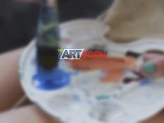 Юная художница с маленькой грудью дала отыметь себя в киску и анус