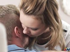 Пацан отодрал сиськастую русскую блондиночку и залил киску спермой