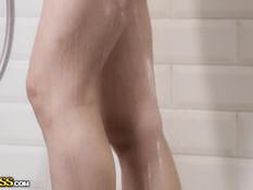Девчонка приняла душ и соблазнила спящего парня на анальный секс