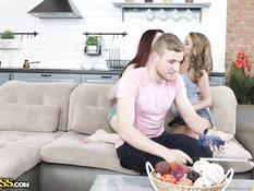 Рыжая девчонка и подруга блондинка занимаются сексом с одним парнем