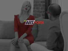Девка со светлыми волосами оттрахана на диване во влагалище и анус