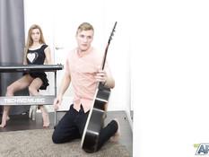 Блондиночка пришла на репетицию без трусиков и соблазнила гитариста