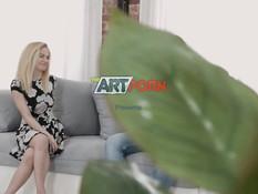 Красивая блондинка отсасывает парню член и трахается с ним на диване