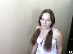 Голубоглазая русская девчонка сделала минет на лестничной площадке