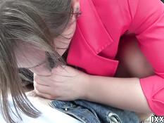 Парень отодрал в лесу русскую девку с косой и кончил в бритую пизду