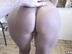 Плохая русская девчонка доставила парню сексуальное удовольствие